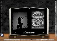Plaque funéraire Livre galbé + portrait gravé + motif chasseur + texte
