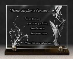 Plaque funéraire en verre gravé sur socle granit. Fleurs, ange et textes gravés à personnaliser.