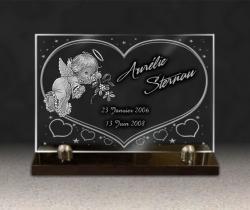 Plaque funéraire en verre gravé pour tombe d'enfant avec ange, coeur et étoiles. Sur socle granit.