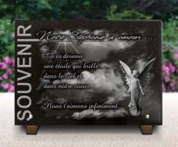 Plaque funéraire moderne avec ciel, rayons de soleil, ange et textes gravés.