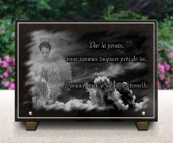 Plaque funéraire moderne avec ange, ciel nuages, textes et bordure droite.