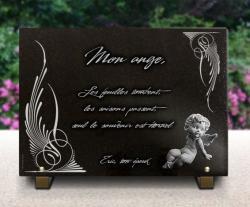 Plaque mortuaire moderne en granit avec ange, textes et arabesques gravés.