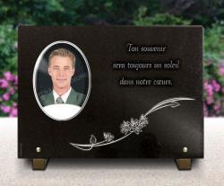 Photo porcelaine sur plaque mortuaire avec texte et fleurs.