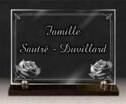 Plaque funéraire en verre sur socle granit + 2 roses, bordure déco. et textes gravés.