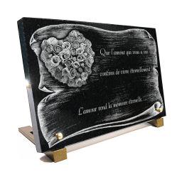 Plaque funéraire parchemin + bouquet de roses forme coeur et texte gravés.