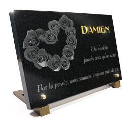 Plaque funéraire coeur en granit avec roses et texte gravé et doré 24 carats.