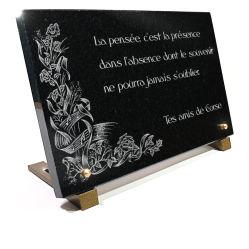 Plaque de tombe avec déco. fleurs, notes de musique et texte gravés