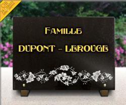 Plaque de tombe pour caveau de famille. Epitaphe ggravée et dorée. Décor floral gravé.