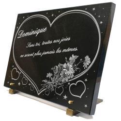 Grande plaque funéraire en granit avec coeur, étoiles, bouquet de fleurs et texte gravé