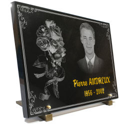 Plaque funéraire photo gravée sur granit 40x30cm avec bouquet de fleurs et bordure décorative.