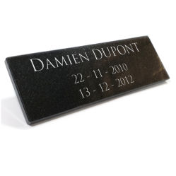 Plaque columbarium autocollante en granit gravé.