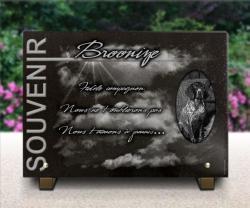 Plaque de cimetière avec ciel, rayons de soleil, chien Braque d'auvergne