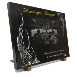 Grande plaque granit avec dessin d'un cockpit d'avion, ailes, texte gravé doré
