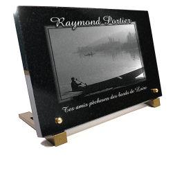 Plaque pour pêcheur en granit avec paysage de bord de rivière, barque et pêcheur