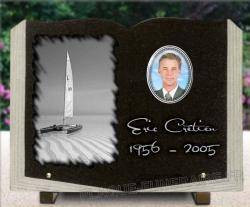 Plaque granit forme livre ouvert avec photo porcelaine et dessin d'un voilier catamaran