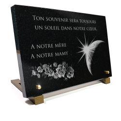 Plaque mortuaire avec bouquet de roses, texte et dessin de la terre et du soleil