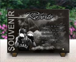 Plaque funéraire boxeur sur fond ciel nuages et rayons de soleil