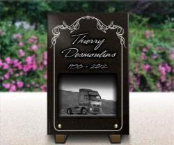 Plaque funéraire camionneur avec dessin d'un camion et des arabesques