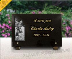 Plaque funéraire chasseur avec son chien en granit, texte gravé doré