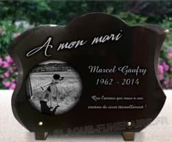 Plaque funéraire chasseur en granit forme tulipe avec motif chien de chasse