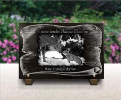 Plaque funéraire thème nature avec parchemin, biche et lapin dans la neige.
