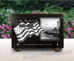 Une plaque funéraire bretagne : côte rocheuse avec drapeau breton Gwenn-ha-Du