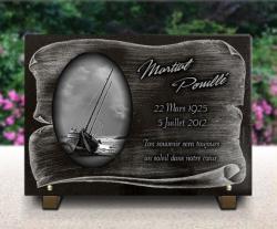 Plaque mortuaire voilier sur la plage. Bateau de pêche sur parchemin avec texte.