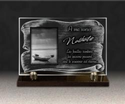 Plaque en verre gravé sur socle. Parchemin, barque de pêcheur et couché de soleil