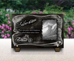 Plaque en granit avec moto type Harley , vagues de l'océan et parchemin.