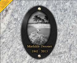 Plaque funeraire ovale en granit forme médaillon gravé avec mer et plage.