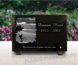 Plaque mortuaire en granit gravé pour cycliste avec vélo tous chemins.
