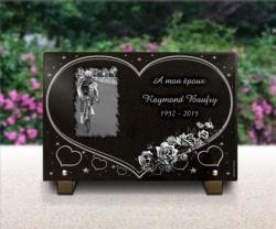 Plaque fun�raire c�ur avec dessin cycliste, bouquet de roses et �toiles
