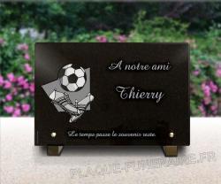 Plaque funéraire pour footballeur avec chaussures et ballon de foot