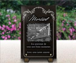 Dessin gardien de but de foot sur plaque mortuaire avec bordure décorative