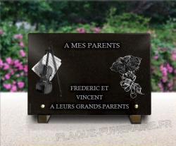 Plaque de cimetière avec violon et bouquet roses