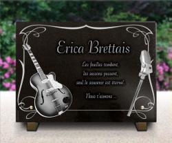 Plaque funéraire pour guitariste ou chanteur avec arabesques, guitare et micro