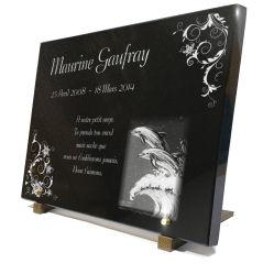 Grande plaque funéraire gravée avec décor de 2 dauphins, décor floral et textes.