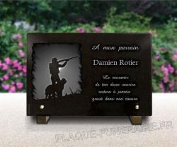 Plaque granit 30 x 20 cm avec chasseur gravé et texte, personnalisable en ligne.