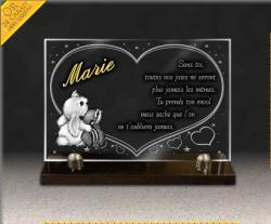 Plaque funéraire en verre gravé pour enfant, avec ourson et lapin. Dessin coeurs et étoiles, texte doré 24 carats.