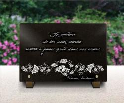 Modèle de plaque de cimetière avec textes, fleurs et roses. En granit gravé.