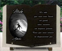 Plaque granit forme livre avec motif surfeur et rouleau de mer, vagues.
