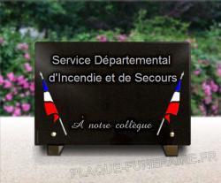 Plaque funéraire de granit pour pompier. Drapeau tricolore gravé