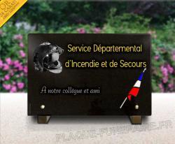 Plaque funéraire pompier en granit gravée avec casque pompier, drapeau français. Dorure texte