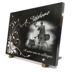 Plaque fun�raire personnalis�e avec facteur - postier et fleurs.