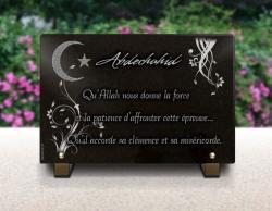 Plaque funéraire musulmane avec signe de l'islam et décor floral. Granit gravé.