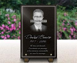 Plaque funéraire en hommage à David Bowie. Granit gravé avec portrait.