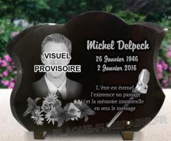 Plaque mortuaire en hommage à Michel Delpech. Granit gravé avec photo, micro et fleurs