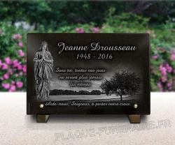 Plaque mortuaire granit gravé avec vierge en prière et paysage nature.