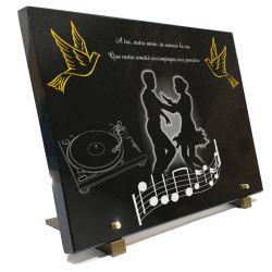 Plaque pour monument funéraire avec danseurs, partitions et colombes en or
