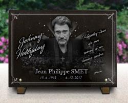 Cette plaque funéraire à l'effigie de Johnny Hallyday est en granit gravé.